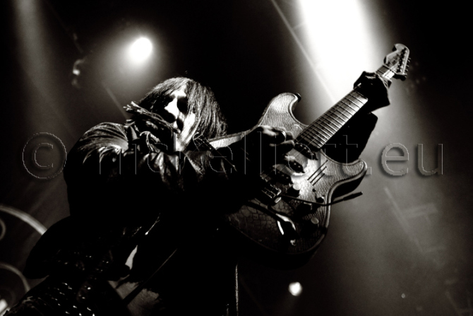 Richard Forteous performing with The Dead Daisies Nove 2013 UEA